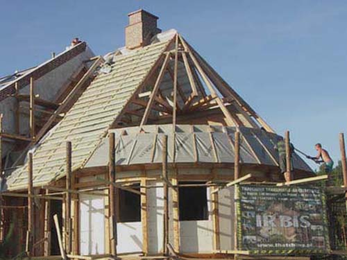 Reed roof: wooden roof construction - fixing the wind protection membrane