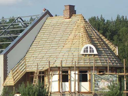 Cane roof: wooden roof structure with a windproof membrane mounted and padded with laths